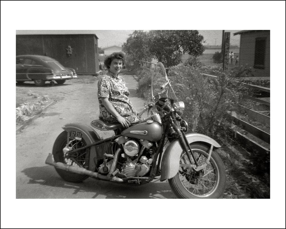 MOTOS en NOIR & BLANC - Page 10 Ladies%2Bwith%2BTheir%2BMotorcycles%2B%25286%2529