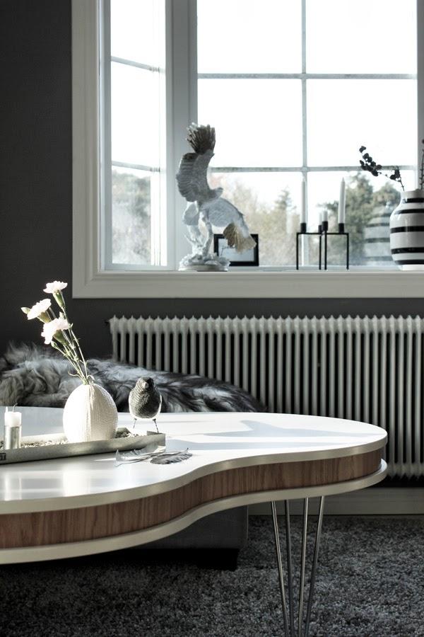 vardagsrum, inspo, inspiration, gråmålade väggar, vitt och grått, skata, dekoration, interior, interiör, burspråk, vitt fönster, treklöver, soffbord, grå matta, kähler vas, randig vas, svart och vitt, örn, detaljer, liten vit vas, ernst tråg, stålben på soffbord, vitt bord,