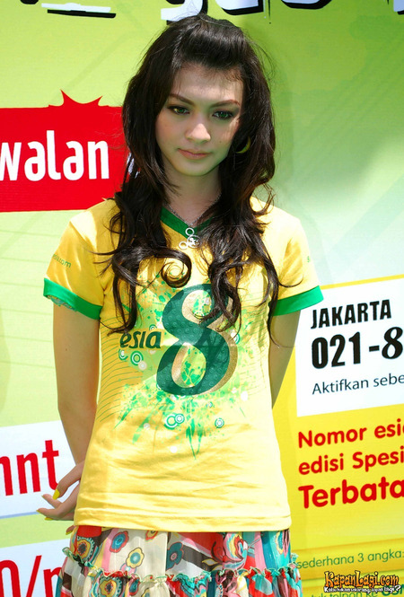 Foto Donita Pakai Kaos Kuning ESIA.. Aduhai Seksinya!!
