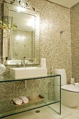 banheiro com bancada de vidro