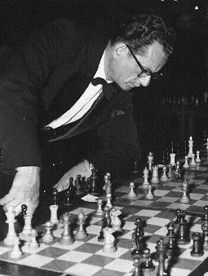 Nicolás Rossolimo, jugando partidas simultáneas de ajedrez