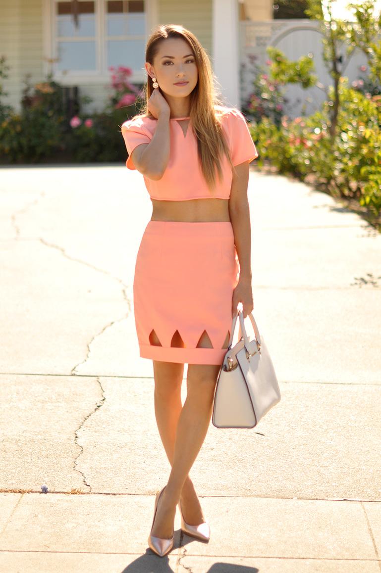 blog de moda, conjunto de saia e top coral com scarpin e bolsa, moda, dicas de moda, roupas femininas, comprar roupas