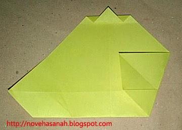cara melipat kertas origami menjadi bentuk ayam yang sangat mudah sehingga cocok untuk anak TK atau anak SD langkah 11