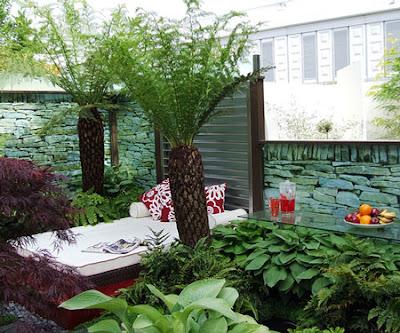 jardim pequeno com chaise long