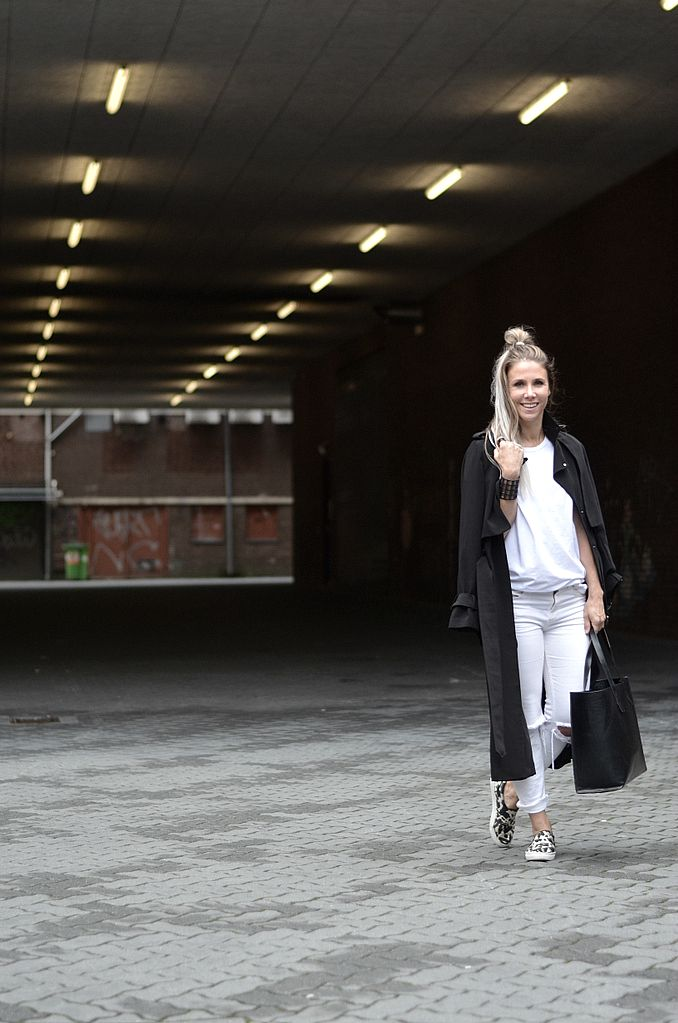 maxi coat fashionblogger all white minimal ripped denim