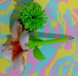 canetas bic decoradas em e.v.a utilizando o frisador.Magnólia branca com  mesclagem laranjada