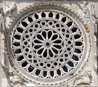 Rosone apertura a forma circolare in una chiesa romana o gotica