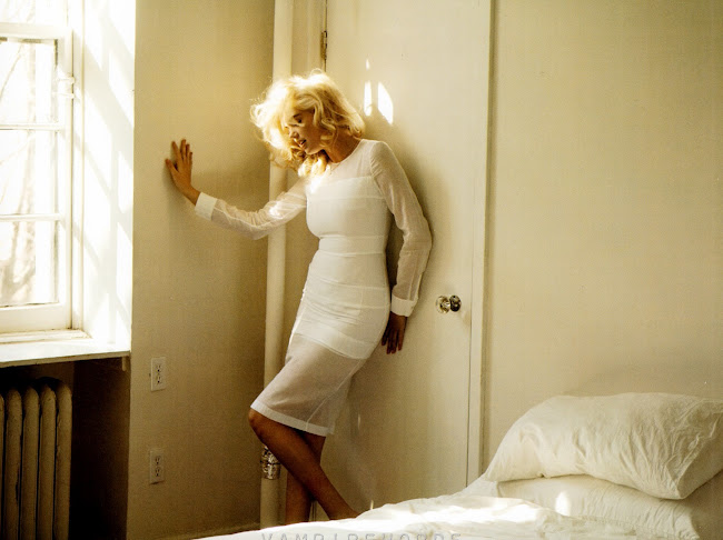 Kate-Upton-in-bedroom-Muse-Magazine-Italy-2012-photo