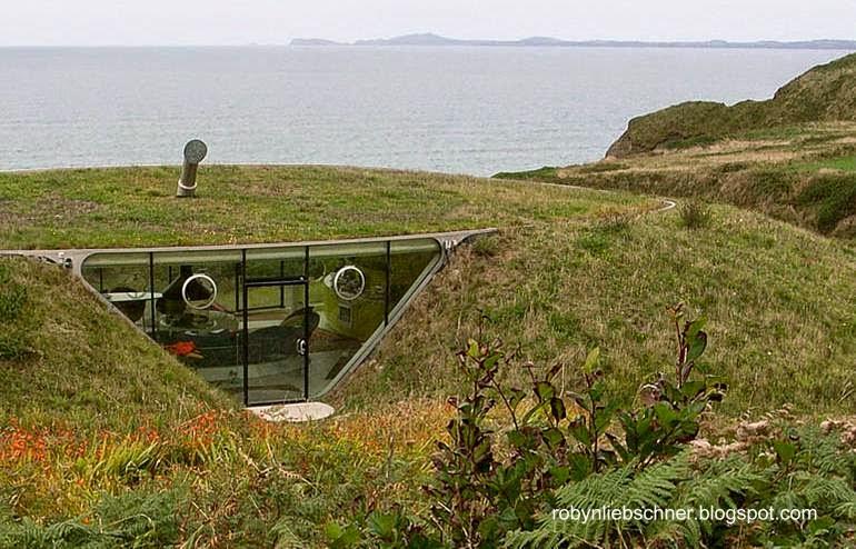 Una casa bajo tierra en la costa del mar en Europa