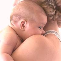 bebe en brazos maternos