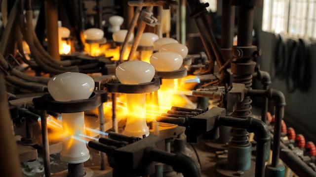 In einer offenbar runden Anlage werden Glaskörper automatisiert geblasen.