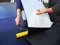 Instalación de panel fotovoltaico enrollable y autoadesible.