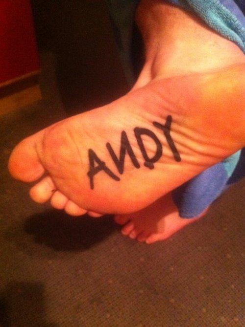 Fanático de Toy Story se realiza tatuaje en la planta del pie