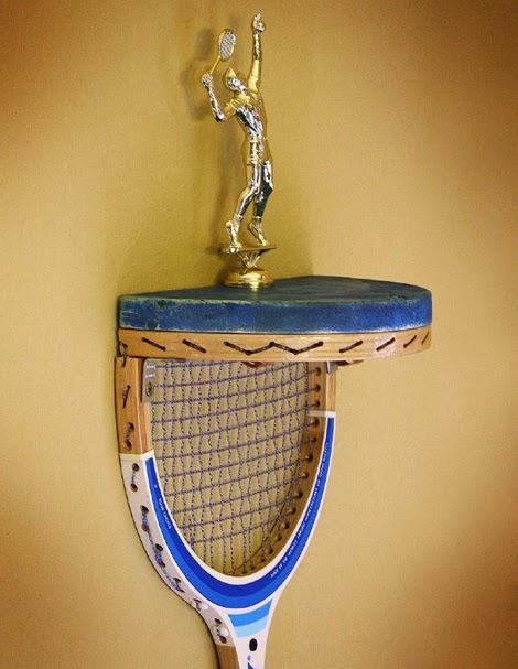 Hacer manualidades y bricolaje con una raqueta de tenis para crear un estante de pared