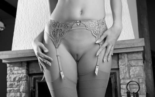 девушки стоят широко расставив ножки фото