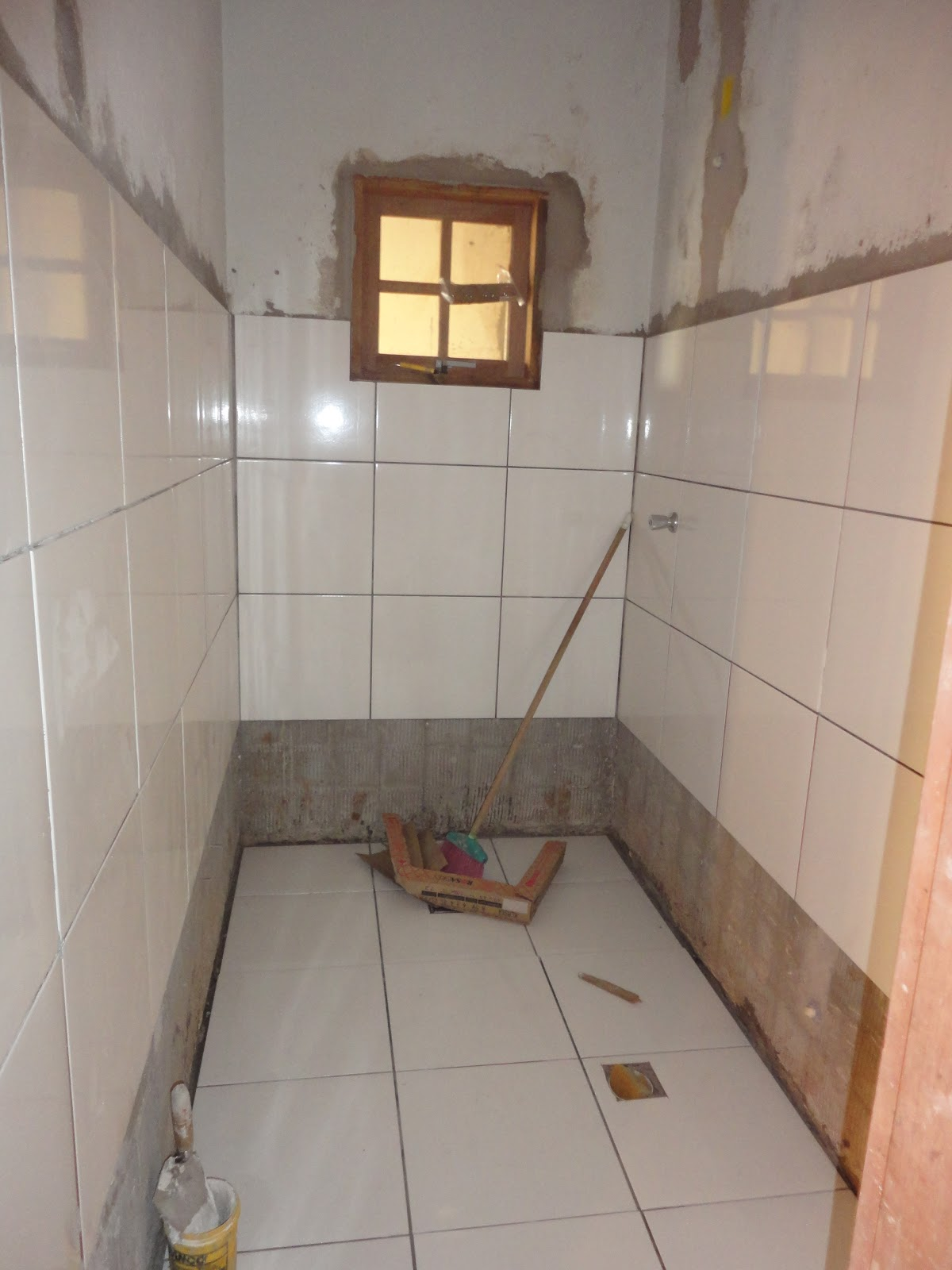 #8B6440  . Já com o piso branquinho. Essa janela sai na area de luz 1200x1600 px janela banheiro branca