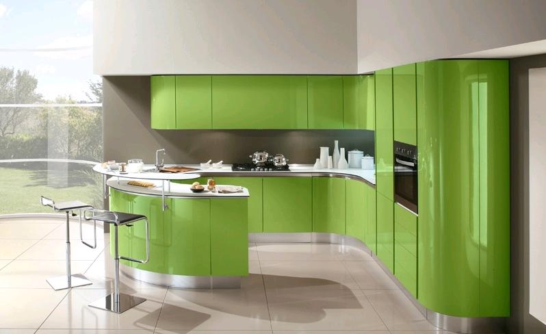 La cucina in verde lucido su sfondo grigio con basi e pensili stondati
