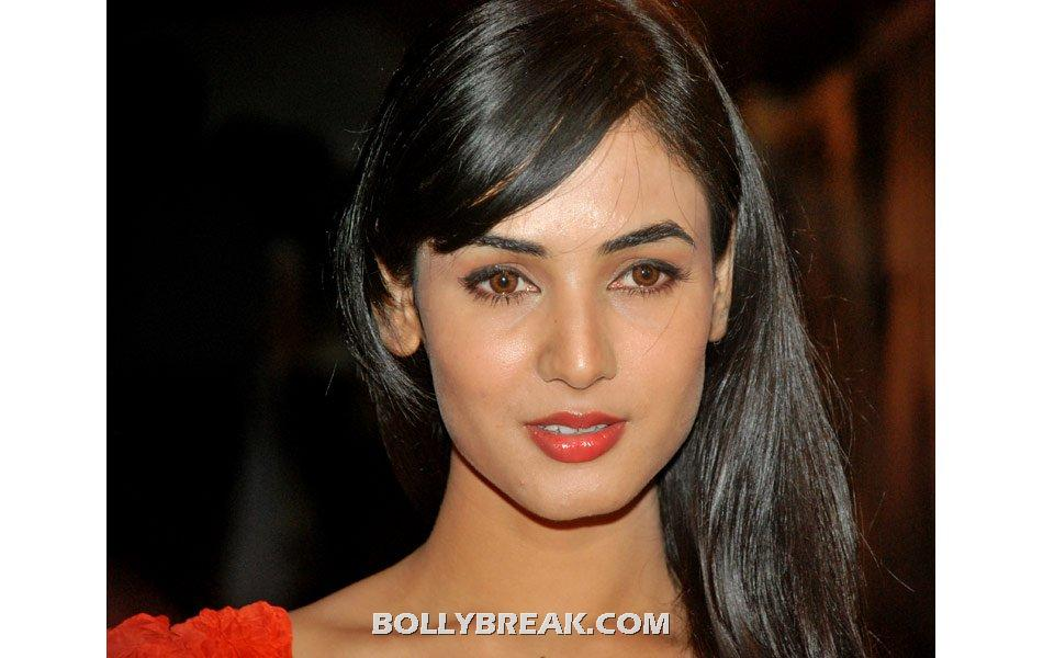 sonal chauhan close up -  Sonal Chauhan pics in short dresses loooking HOT