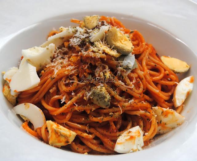 Espaguetis con Salsa de Tomate, Atún y huevo duro
