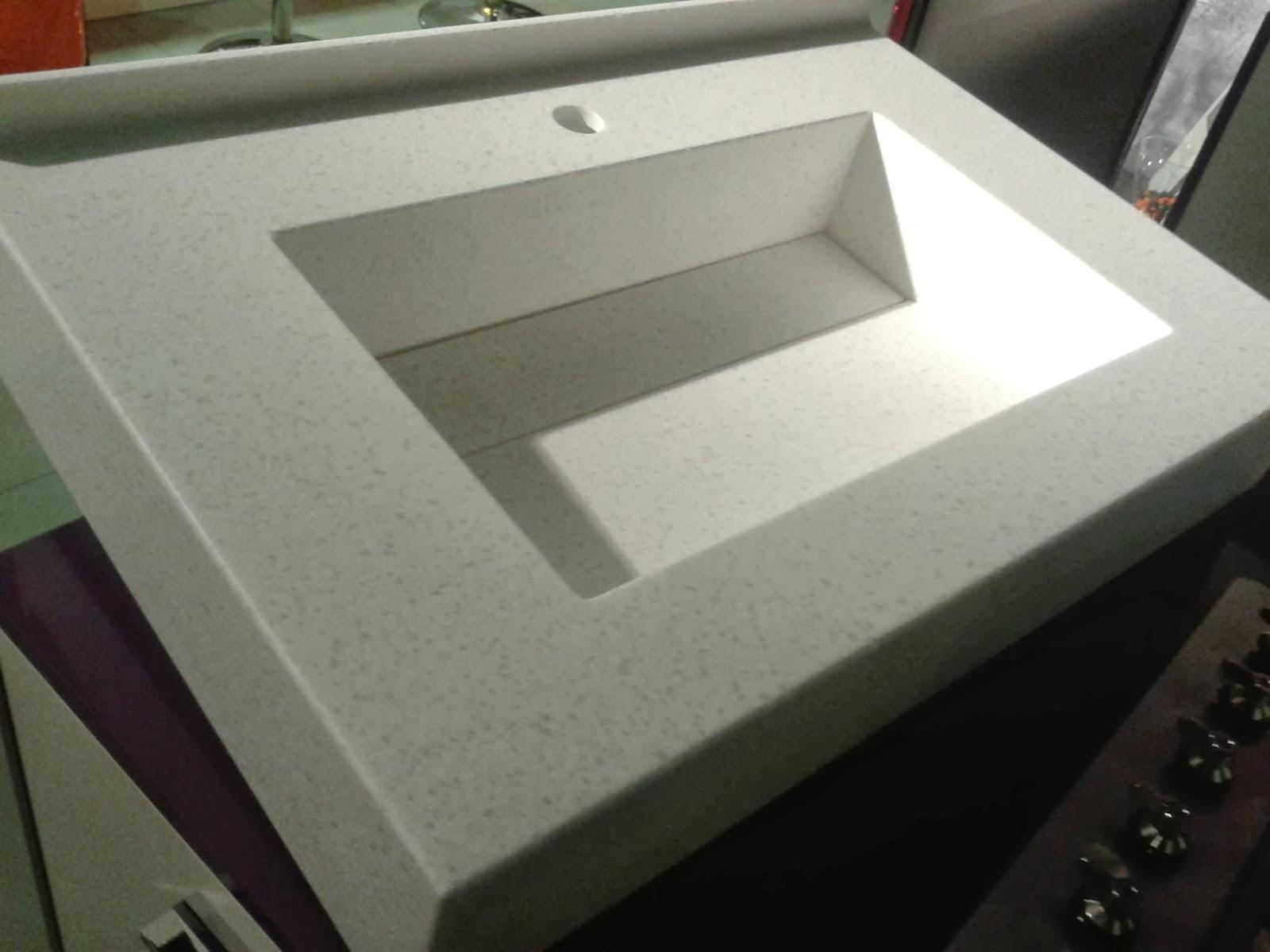 Encimeras Baño Krion:Un lavabo hecho a medida con tapa registrable y copete curvo Todos