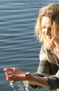 Am See mit Wasser in den Händen