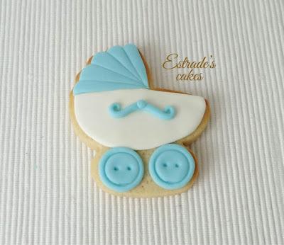galleta de carrito de bebe en azul, hecha con fondant