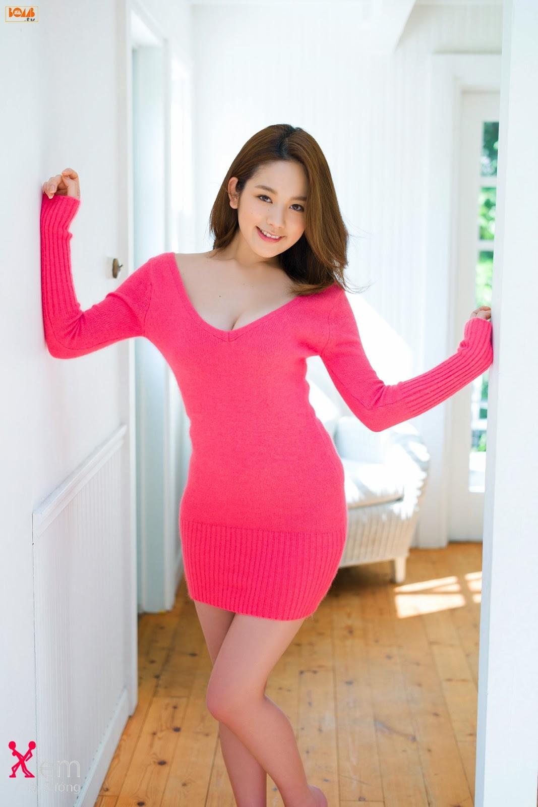 Người đẹp với váy đỏ siêu ngắn lộ hàng khoe vòng 1