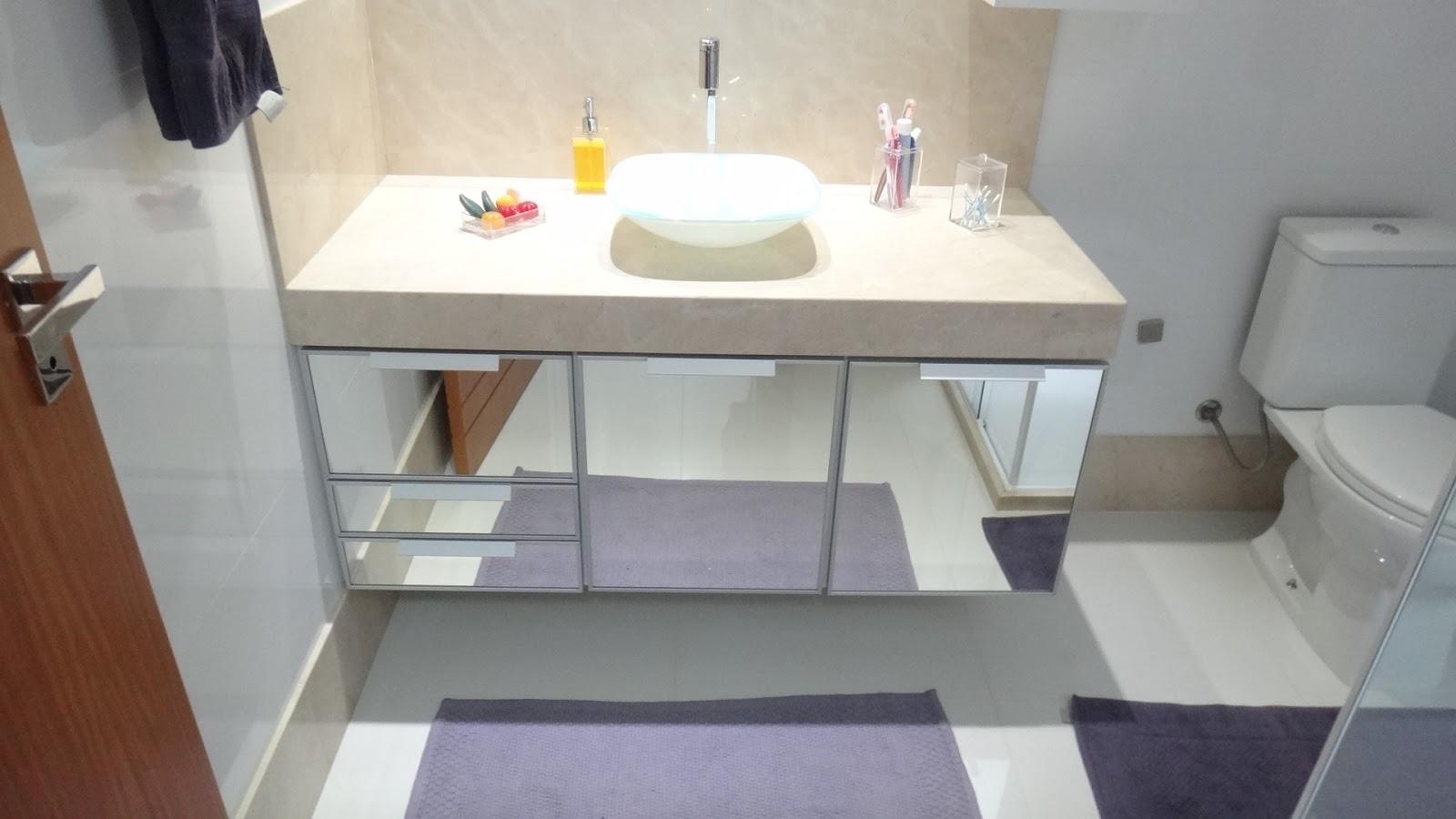 Belenetto Marcenaria Personalizada: Banheiro portas espelhadas e  #643C2A 1600x900 Banheiro Com Banheira De Alvenaria