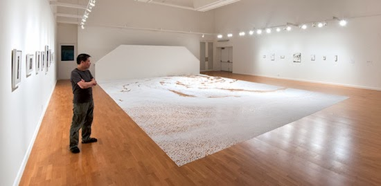 exposition de l'artiste japonais motoi yamamoto, labyrinthe de sel méandres scultpture performance dans une galérie d'exposition d'art contemporain