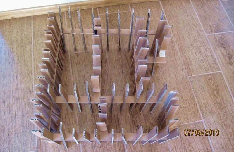 praca na podłodze | meble z kartonu