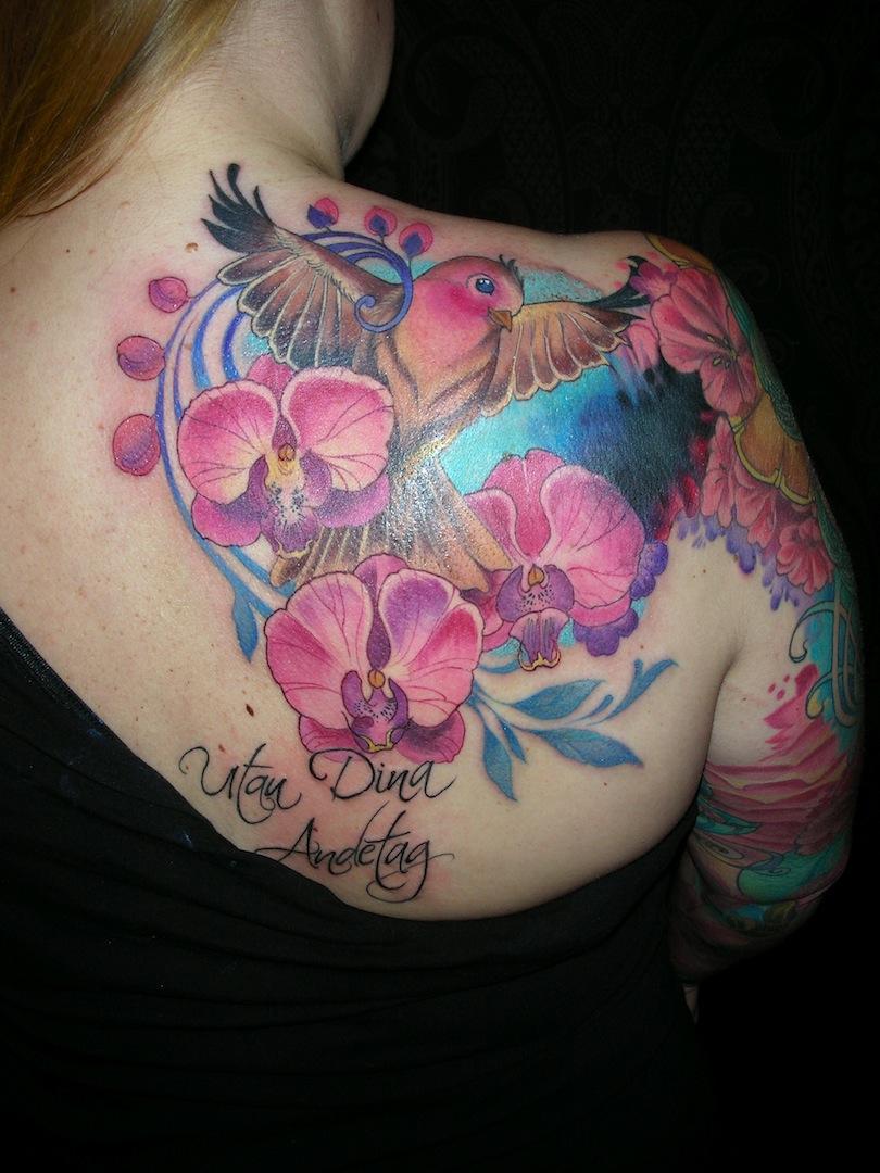 sola med tatuering