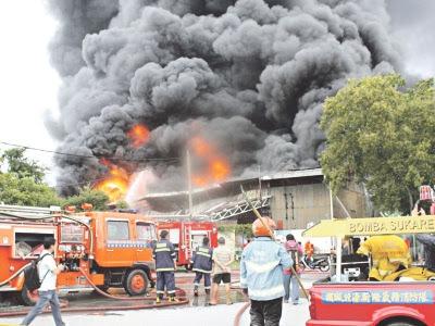 Gudang minyak pelincir terbakar