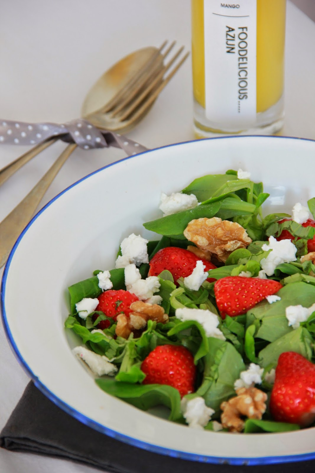 Aardbeien salade met geitenkaas, basilicum en walnoten - www.desmaakvancecile.com