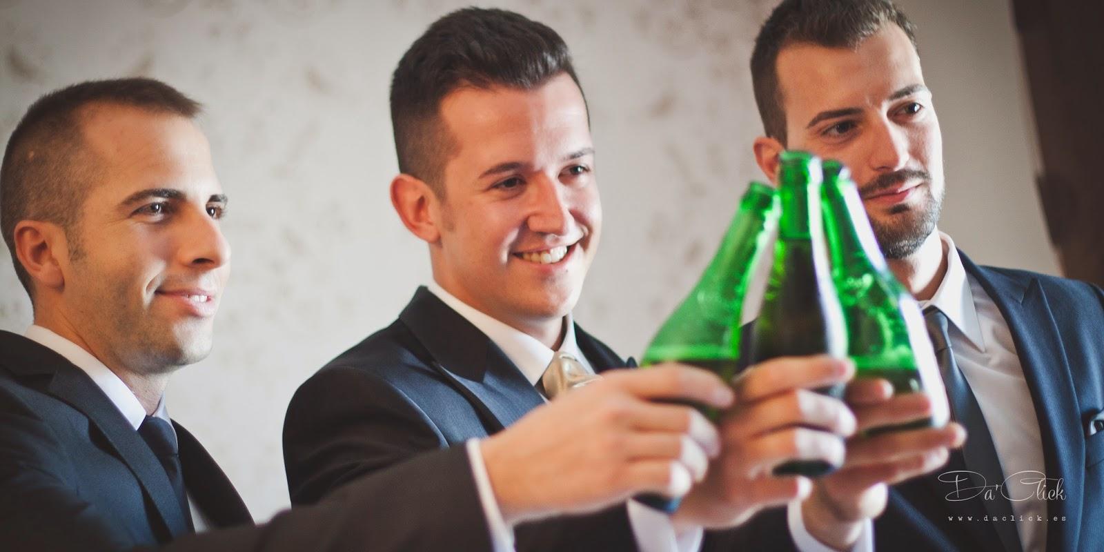 novio y amigos brindando