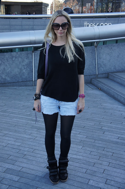 Shorts jeans Forever 21, malha Topshop, bolsa Balenciaga Mini Pompom e sneaker Willow da Isabel Marant