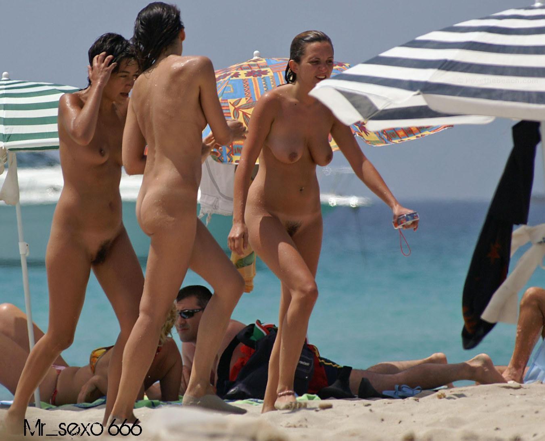 2 hermosas chicas cambiandose de ropa en la playa - 2 part 3
