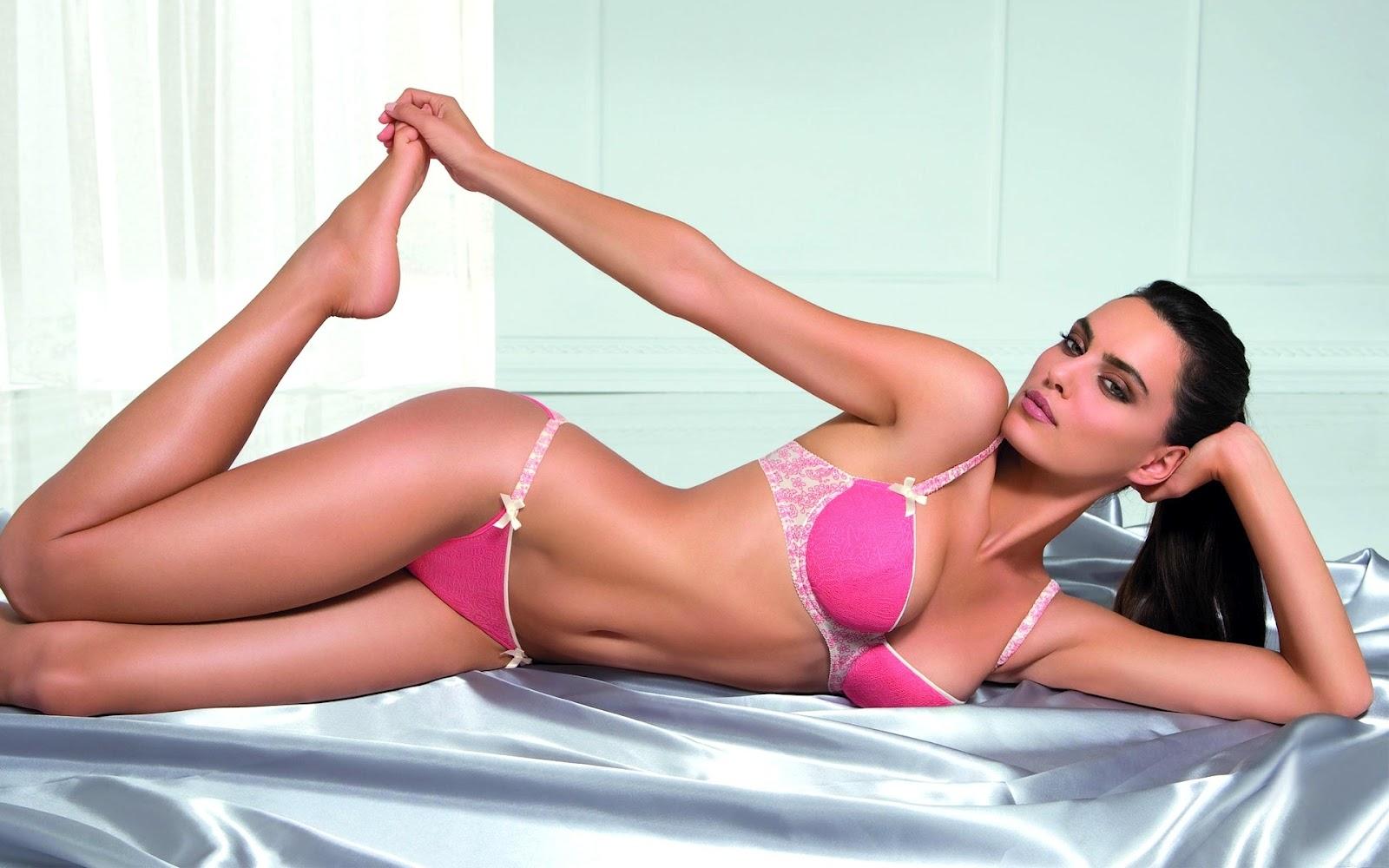 devushka-v-rozovom-bikini-na-divane