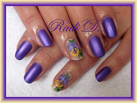 Виолетов маникюр металик с декорация теменужка