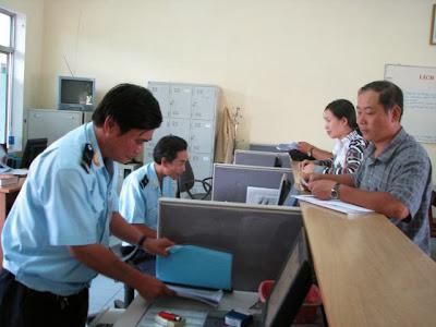 Công chức Hải quan Đà Nẵng làm thủ tục XNK cho DN. Ảnh: M.Hùng.