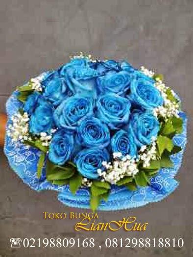 Hand buket bunga mawar biru