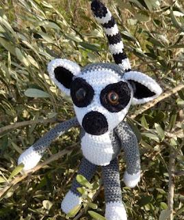 http://amilovesgurumi.files.wordpress.com/2014/01/engl-anleitung-fc3bcr-mama-lemur.pdf