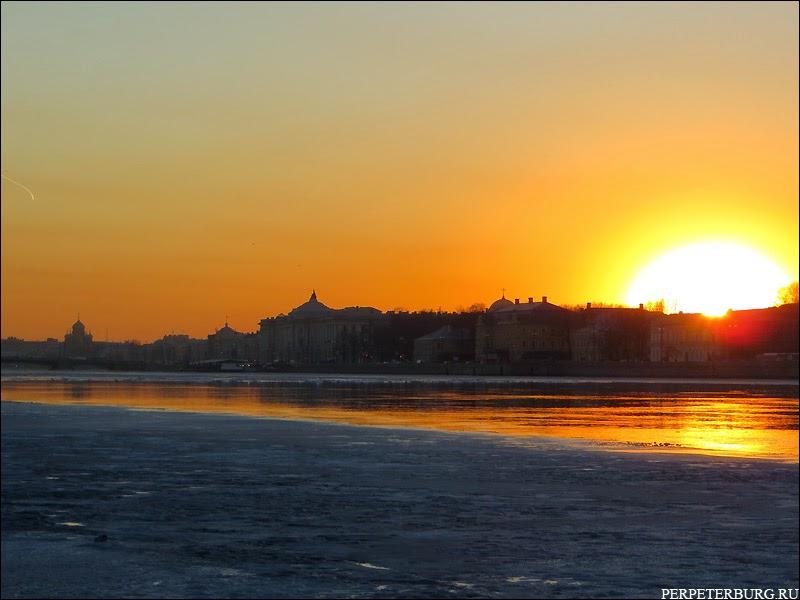 Весна в Петербурге - закат на Неве. Фото