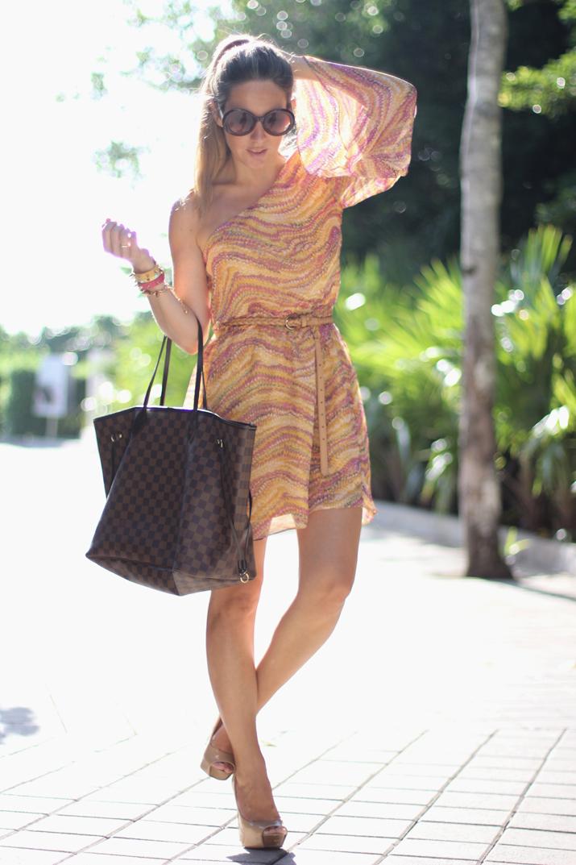 Blog de moda de México. Foto de Mónica Sors con vestido asimétrico, gafas redondas y cola de caballo.