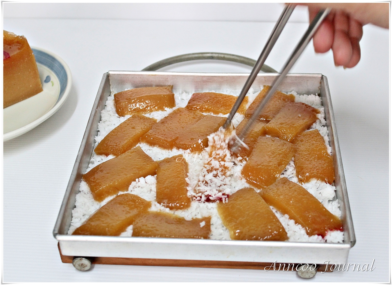 Coat nian gao evenly with a pair of chopsticks.