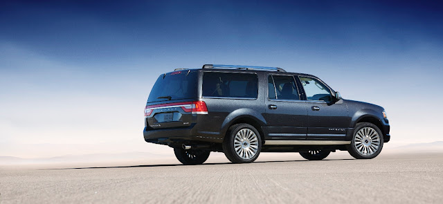 Rear 3/4 view of 2015 Lincoln Navigator