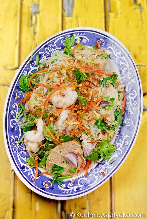 Sałatka z makaronu z fasoli mung i wietnamskiej kiełbasy © KuchniaAzjatycka.com