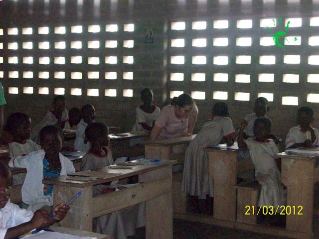 bambini in classe per la prova finale di valutazione in Africa