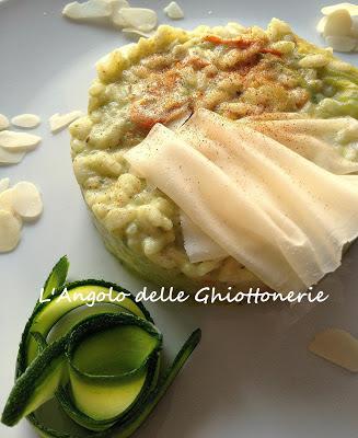 risotto con fiori e pesto di zucchine, menta e mandorle, mantecato alla raspadura lodigrana bella lodi