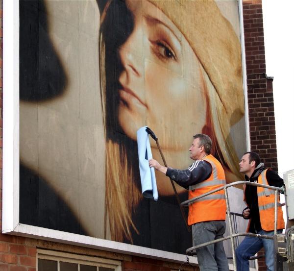 Blanca Balzola montaje cartel calle