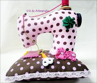 Alfineteiro em forma de máquina de costura feita em tecido poá rosa e marrom
